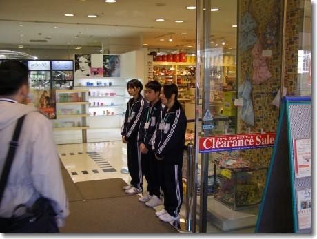 Collégiens dans un grand magasin